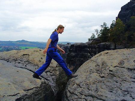 Foto: Unternehmensberatung in der Startphase - große Schritte machen von Fels zu Fels