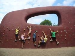 Foto Erlebnispädagogik, Geburtstagsklettern, Klettern zum Geburtstag im Volkspark Potsdam, Boulderwand